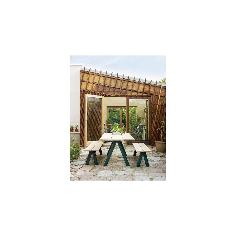 Banco exterior de madera maciza de taf architects para for Banco de madera exterior